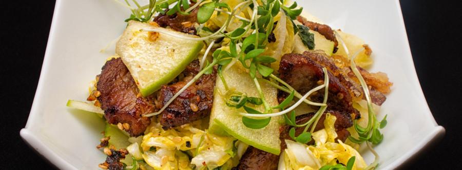Chou Chinois en Salade à la Menthe Fraîche et Citron Vert, Granny Smith et Échine de Porc Caramélisée au Sésame Grillé