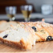 Brot mit schwarzen Oliven und Zitronen-Meersalz