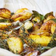 Neue Kartoffeln mit frischem Thymian,  Lorbeerblätter und frischem Knoblauch