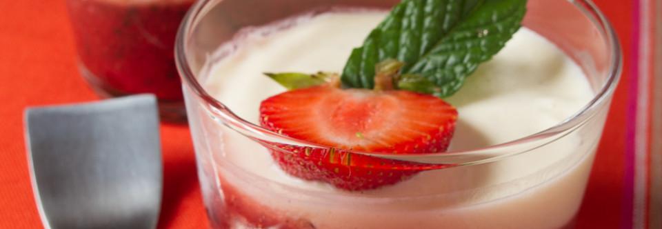 Crème Mascarpone en Verrine sur Moelleux à l'Amande Amère au Coulis de Fraises à la Menthe